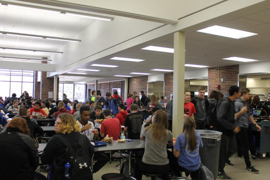Students+enjoying+their+free+time+during+third+lunch.