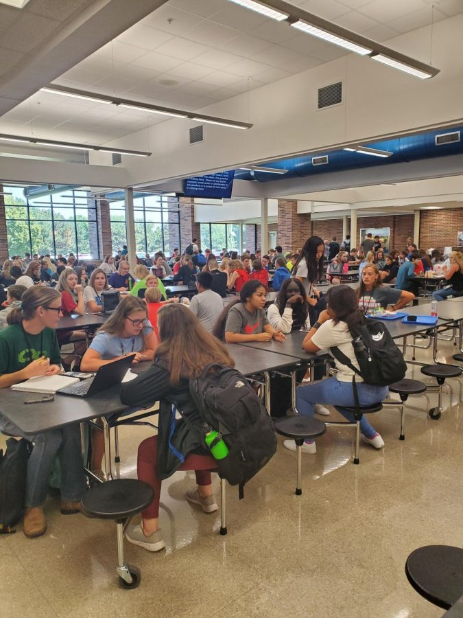 East+High+students+eating+lunch+in+the+crowded+cafeteria.+